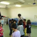 保育園で「コマまわし」のボランティア